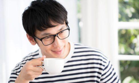 酒の代わりにコーヒー飲む男の画像