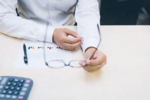 予算達成に悩む営業マン